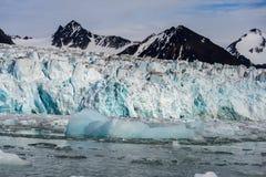 北极风景在有冰川的斯瓦尔巴特群岛在夏时 免版税库存照片