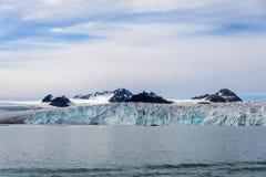 北极风景在有冰川的斯瓦尔巴特群岛在夏时 免版税图库摄影