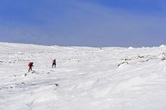 北极风景的两个远足者 免版税库存图片