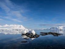 北极风景-冰,海,山,冰川-卑尔根群岛,斯瓦尔巴特群岛 免版税库存图片