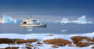 北极破冰船海岛斯瓦尔巴特群岛游人 图库摄影