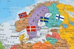 北欧五国在地图的旗子别针 免版税库存照片