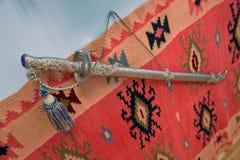 北欧海盗剑中世纪阿塞拜疆兵刃刀片 古老阿塞拜疆军事剑 裁减路线是包括的 葡萄酒军刀 库存照片