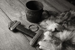 北欧海盗剑和啤酒杯在毛皮 库存图片