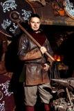 北欧海盗剑把柄剑机架再制定伪造匠战士武器成套装备轴盾皮肤火壁炉边一人 库存照片