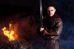 北欧海盗剑把柄剑机架再制定伪造匠战士武器成套装备轴盾皮肤火壁炉边一人 库存图片
