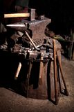 北欧海盗剑把柄剑机架再制定伪造匠战士武器成套装备轴盾皮肤火壁炉边 免版税库存照片