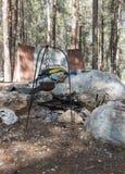 北欧海盗壁炉边在帐篷附近的在`北欧海盗村庄`阵营在本Shemen附近的森林里在以色列 库存照片