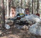 北欧海盗壁炉边在帐篷附近的在`北欧海盗村庄`阵营在本Shemen附近的森林里在以色列 库存图片