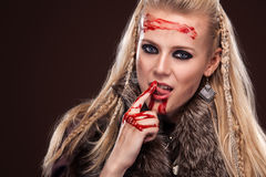 北欧海盗妇女画象一个传统战士的穿衣 在血液的面孔 免版税库存照片