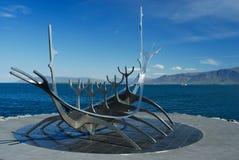 北欧海盗小船的雕塑在雷克雅未克,冰岛 免版税库存照片