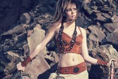 北欧海盗或亚马逊的衣裳和装饰品的一个美丽的女孩 库存照片