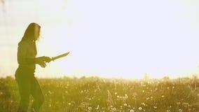 北欧海盗战士执行一个把戏与一把大刀子 他投掷他的从接近的武器 影视素材