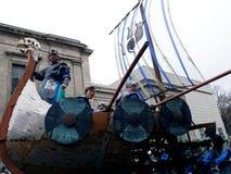 北欧海盗打扮游行在街道上 库存图片