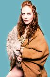 北欧海盗服装的美女 库存照片