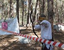 `北欧海盗村庄`射击的重建参加者与一个箭头的在本Shemen附近的森林里在以色列 图库摄影