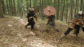 北欧海盗的战士战斗 在森林里 影视素材