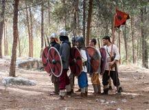 北欧海盗的生活的每年重建的成员- `北欧海盗村庄`在森林里展示作战队形近 免版税库存照片