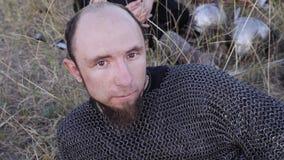 北欧海盗的画象穿戴了说谎在草的锁子甲 影视素材