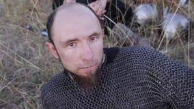 北欧海盗的画象穿戴了说谎在草的锁子甲 股票录像