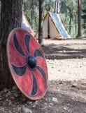 北欧海盗盾在阵营`北欧海盗村庄`的一棵树附近站立在森林里在本Shemen附近在以色列 库存图片