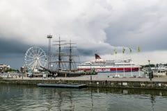 北欧海盗线轮渡离开从在口岸的码头  免版税库存照片