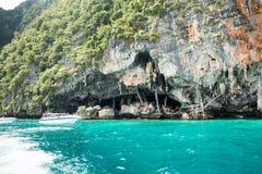 北欧海盗洞鸟的巢(燕子)的地方收集了 发埃发埃Leh海岛,泰国 免版税库存照片