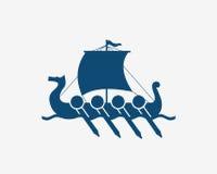 北欧海盗` s船在北欧海 斯堪的纳维亚古老战士木军舰  免版税库存照片