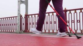 北欧走 步行与北欧杆的年轻胖的白种人妇女 后面的关闭跟随射击 t 影视素材