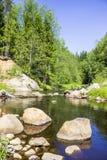 北欧,卡累利阿人的地峡,传统风景-巨大的石头花岗岩冰砾,河,沙子,混杂的森林夏天 图库摄影