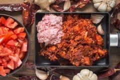 北泰国肉和蕃茄辣垂度顶视图,油煎  免版税库存照片