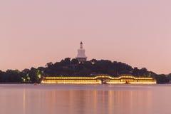 北海公园琼华岛的白色塔在北京 图库摄影