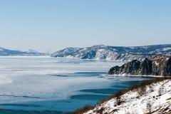 北海岸鄂霍次克海,几乎马加丹,冬天 免版税库存照片