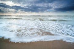 北海海岸在被覆盖的天 图库摄影