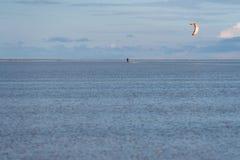 北海海岸的风筝冲浪者 库存图片