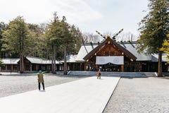 北海道寺庙有游人的北海道津沽的前面在冬天在札幌 北海道,日本 免版税库存照片