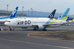 北海道日本- october9,2018 :空气做航空公司平面approachin 库存照片