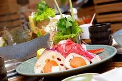 北海道热羊肉盛肉盘罐海鲜 免版税库存照片