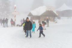 北温哥华区加拿大- 2017年12月30日:滑冰的溜冰场、乐趣和娱乐在松鸡山 免版税库存照片