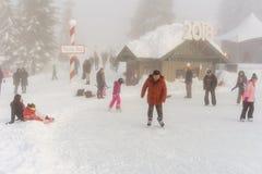 北温哥华区加拿大- 2017年12月30日:滑冰的溜冰场、乐趣和娱乐在松鸡山 免版税库存图片