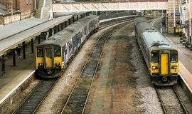 北火车在Harrogate的两列短跑选手dmu火车 免版税库存图片