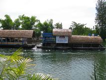北碧、泰国- 4月26日, 2017The居住船和浮动餐馆Sai Yok亚伊瀑布的北碧在泰国 库存图片