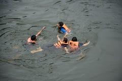北碧府,泰国- 9月13 :游泳在河Kwai的人们 采取在Sai Yok亚伊瀑布 Tha北碧  免版税图库摄影