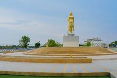 北碧泰国- 4月5日:位于4月5,2019的Mae Klong水坝的金黄菩萨雕象 免版税库存照片