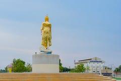 北碧泰国- 4月5日:位于4月5,2019的Mae Klong水坝的金黄菩萨雕象 免版税库存图片