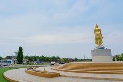 北碧泰国- 4月5日:位于4月5,2019的Mae Klong水坝的金黄菩萨雕象 免版税图库摄影