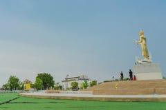 北碧泰国- 4月5日:位于4月5,2019的Mae Klong水坝的金黄菩萨雕象 库存照片