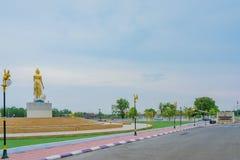 北碧泰国- 4月5日:位于4月5,2019的Mae Klong水坝的金黄菩萨雕象 库存图片