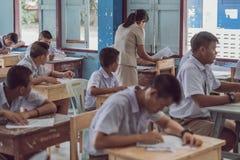 北碧泰国- 7月16日:未认出的好老师giv 免版税库存图片