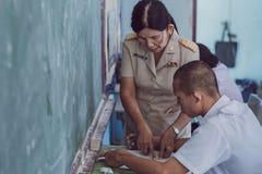 北碧泰国- 7月16日:未认出的好老师giv 免版税库存照片